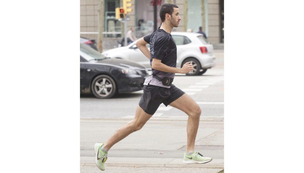 Un runner entrenando con pesas de empeine
