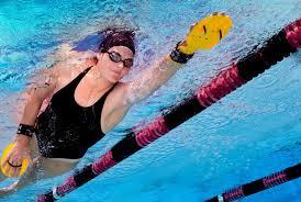 El cinturón de running cumple la misma función que el bordillo en los entrenamientos de natación con las manoplas