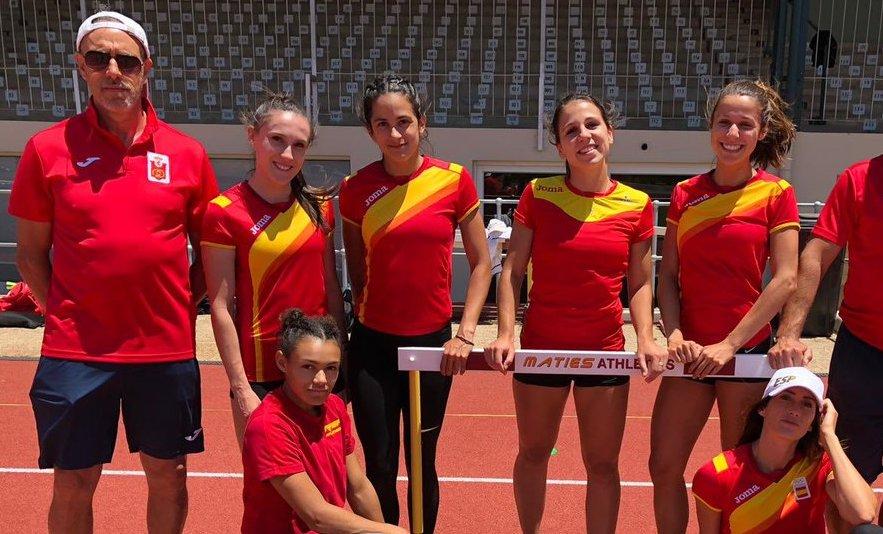 Ricardo Diéguez, con el equipo de 4x100 femenino de la Selección