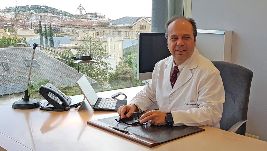 El Dr. Jordi Esquirol, en su despacho