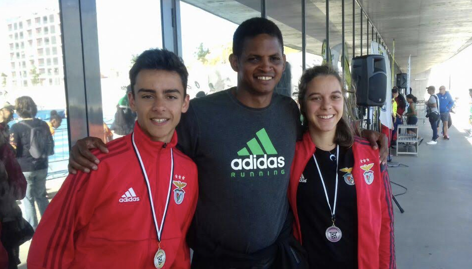 Omar González, con algunos de sus atletas en Portugal