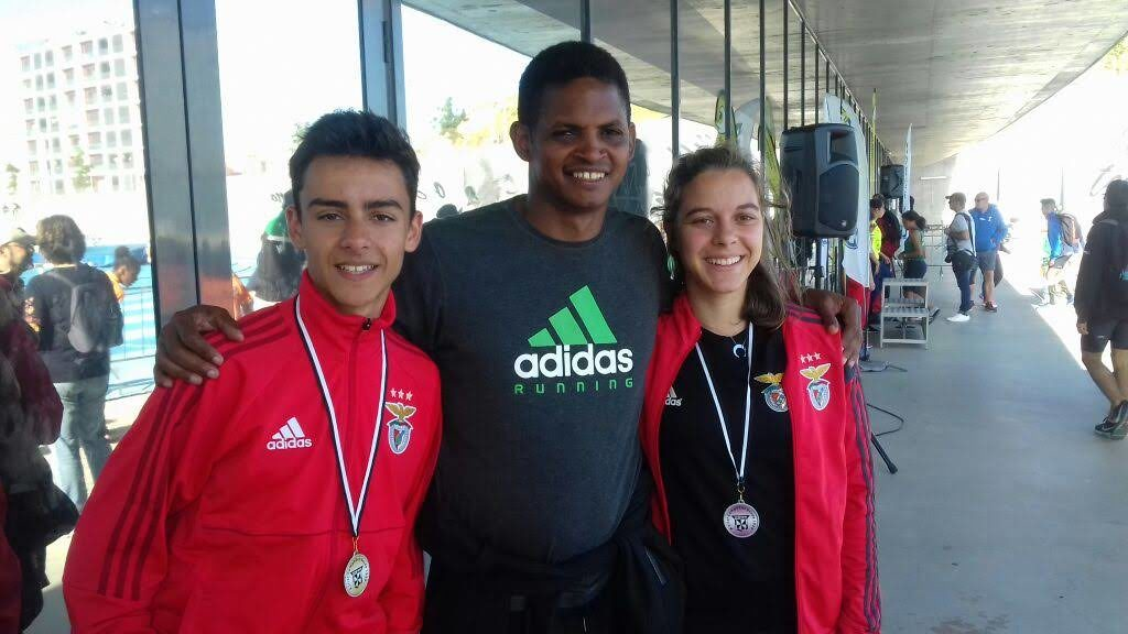 Omar González, con algunos de sus atletas de Portugal
