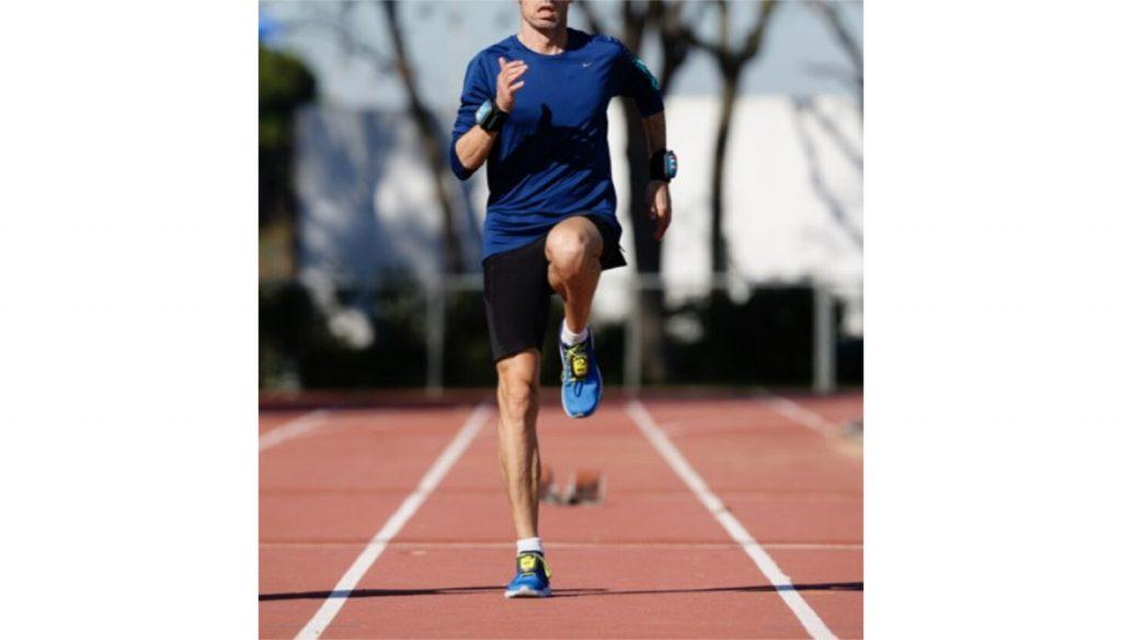 Un maratonista entrenando con pesas de empeine